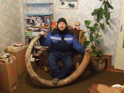Андрей Келлер с бивнем мамонта.