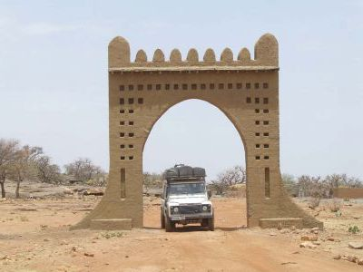 Въездные ворота в деревню догонов Санга.