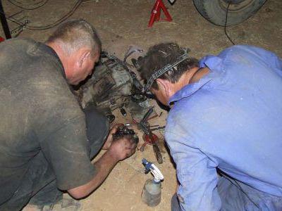 За ночь на песке делаем ремонт и едем дальше.