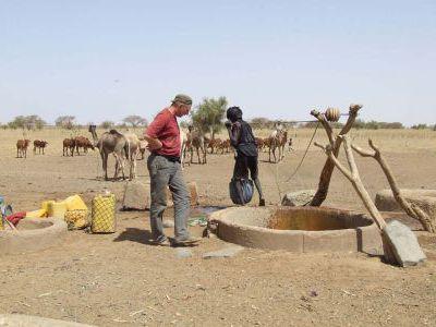 Колодец. Воду поднимают с помощью верблюда.