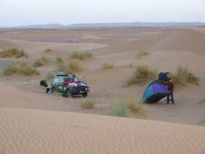 Стоянка в окрестностях Мерзуги. Горы вдали - Алжир.