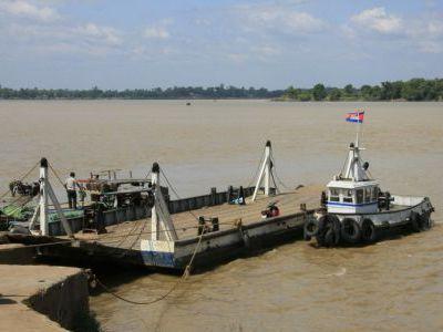 Паром через приток Меконга.