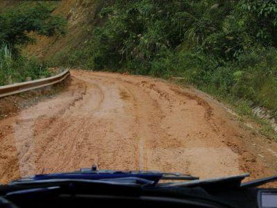 После дождей дороги перекрываются оползнями.