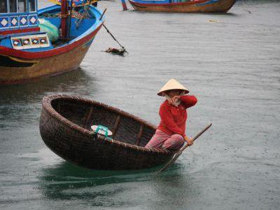 В рыбацкой деревне. Вот такие лодки - корзинки.