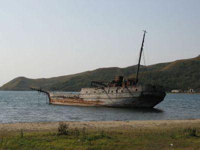 Старая деревянная японская шхуна в бухте Витязь.