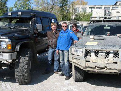 Слева Костя Матвеев со своим Сафарём на 42х колёсах.