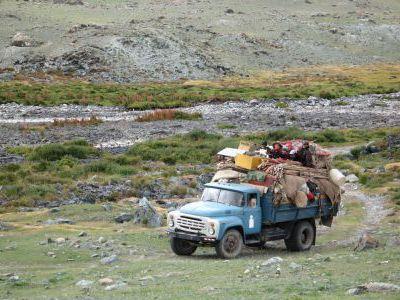 Кочевники-скотоводы переезжают на новые пастбища.