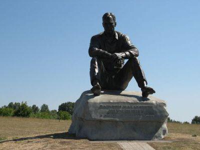 Памятник В.М. Шукшину на родине, в деревне Сростка