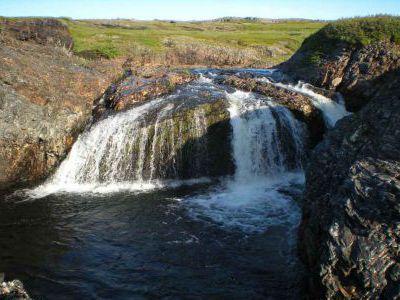Водопадик на побережье у заброшенного посёлка
