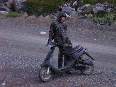 На Среднем Катя ехала на скутере.